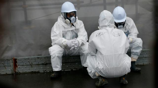 Des employés œuvrant à la décontamination prennent une pause dans la centrale nucléaire à Okuma, le 12 novembre 2014 [SHIZUO KAMBAYASHI / POOL/AFP]