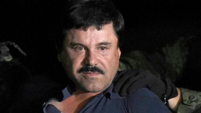 """Joaquin """"El Chapo"""" Guzman est escorté vers un hélicoptère à l'aéroport de Mexico le 8 janvier 2016 après avoir été arrêté dans l'Etat du Sinaloa [ALFREDO ESTRELLA / AFP]"""