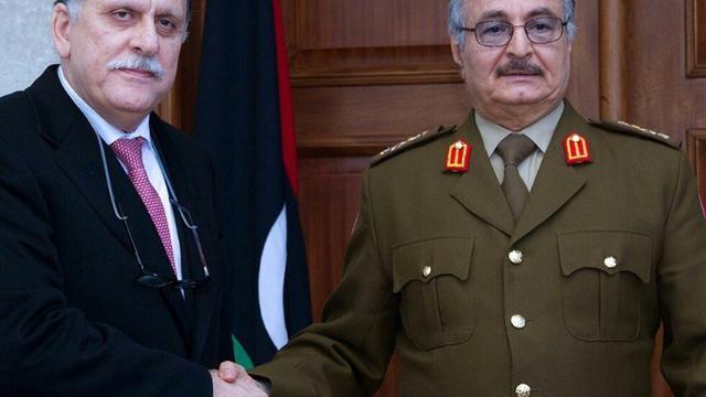 Le maréchal Khalifa Haftar (g) et le chef du gouvernement d'union nationale, Fayez al-Sarraj, le 31 janvier 2016 à Al-Marj [ / Service de presse des forces armées libyennes/AFP/Archives]