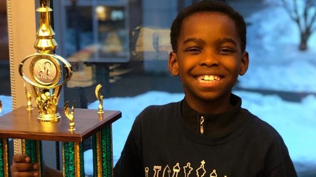 Le jeune garçon a remporté récemment le championnat d'échecs de l'Etat de New York.