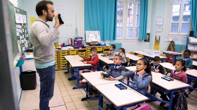 Les programmes pédagogiques du primaire ont été actualisés. Ici, un instituteur présente une application de calculs mathématiques sur une tablette numérique, dans une école de Marseille, en janvier 2018.