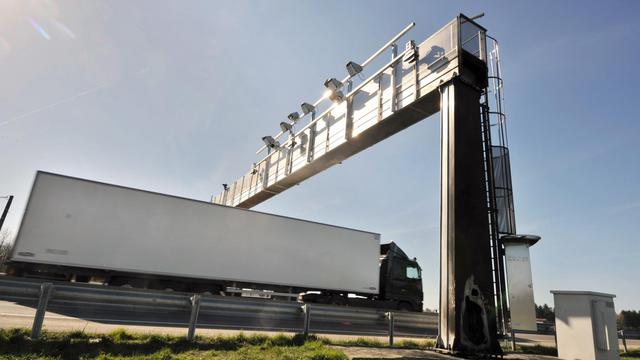 Un camion passant sous un portique écotaxe.