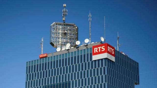 La radio télévision nationale suisse, ici le siège de sa chaîne en français à Genève le 23 avril 2017, la RTS, pourrait disparaître si les Suisses votent pour la disparition de la redvance [Fabrice COFFRINI / AFP/Archives]
