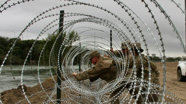 Des soldats de la 19e infanterie, basée dans le Kentucky, installent des fils barbelés au bord du fleuve Rio Grande, à la frontière avec le Mexique, à Larado, au Texas, le 18 novembre 2018   [Thomas WATKINS / AFP/Archives]