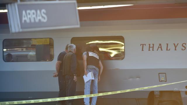 Des enquêteurs examinent un train Thalys à la gare d'Arras, dans le nord de la France, le 21 août 2015 [PHILIPPE HUGUEN / AFP]
