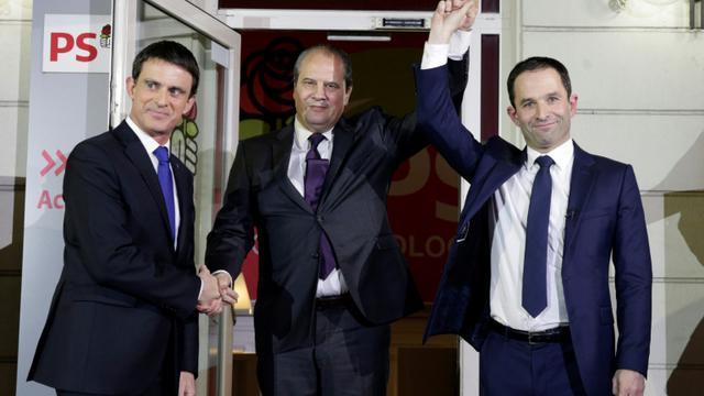 Jean-Christophe Cambadelis entre Manuel Valls et Benoît Hamon au soir du second tour de la primaire socialiste élargie le 29 janvier 2017 à Paris [GEOFFROY VAN DER HASSELT / AFP/Archives]