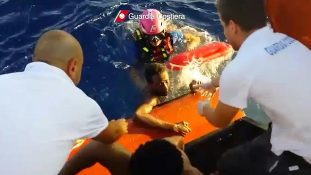 Photo tirée d'une vidéo diffusée le 4 octobre 2013 par les gardes côtes italiens montrant un migrant secouru après le naufrage près de Lampedusa [HO / GUARDIA COSTIERA/AFP/Archives]