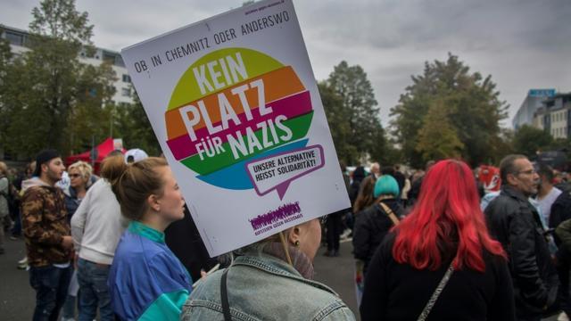 """""""Pas de place pour les nazis"""", clame une pancarte tenue par un manifestant à Chemnitz, dans l'est de l'Allemagne, le 1er septembre 2018 [John MACDOUGALL / AFP]"""