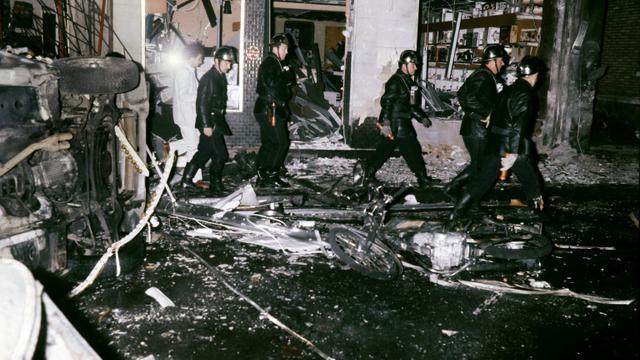 Des pompiers au milieu des décombres le 3 octobre 1980 à la synagogue de la rue Copernic à Paris [GEORGES GOBET / AFP]