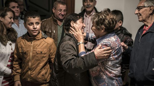 Des membres de la famille Mikho, des chrétiens d'Irak ayant fui la ville de Qaraqosh devant l'avancée du groupe EI, sont accueillis par le collectif qui leur est venu en aide le 5 septembre 2015 à Bellegarde-sur-Valserine, dans l'Ain [JEAN-PHILIPPE KSIAZEK / AFP]