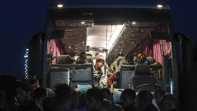 Des migrants à bord d'un bus en direction de Belgrade, à Presevo, dans le sud de la Serbie, le 24 août 2015 [ARMEND NIMANI / AFP]