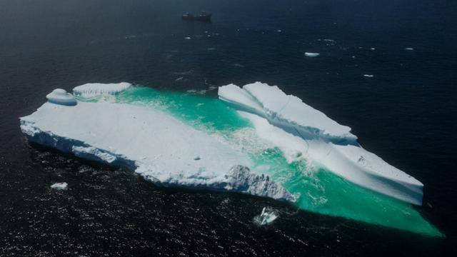 Un iceberg flotte près de Terre-Neuve, le 29 juin 2019. [Johannes EISELE / AFP/Archives]
