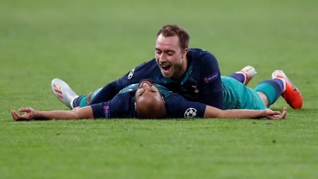 La joie du Brésilien Lucas Moura (dos au sol), auteur d'un triplé contre l'Ajax, et de son coéquipier Christian Eriksen  après la qualification pour la finale de la Ligue des champions, le 8 mai 2019 à Amsterdam [Adrian DENNIS / AFP]