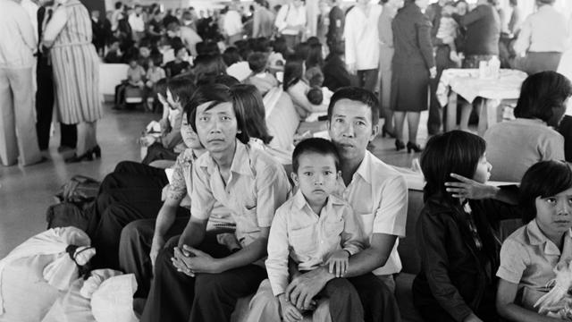 Photo prise le 7 juillet 1979 de réfugiés vietnamiens arrivés de Malaisie à l'aéroport Roissy-Charles de Gaulle [Binh / AFP/Archives]