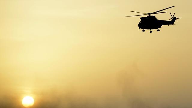 Un hélicoptère Puma de l'armée française survole le Mali le 1er novembre 2013 [Philippe Desmazes / AFP/Archives]