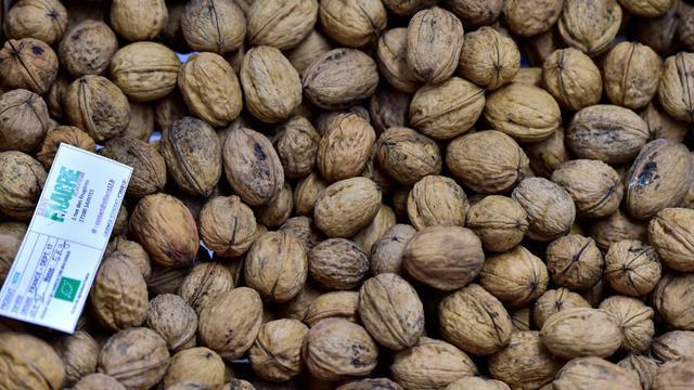 Des noix sur l'étal d'un supermarché bio à Saintes (France), le 23 octobre 2018 [GEORGES GOBET / AFP]