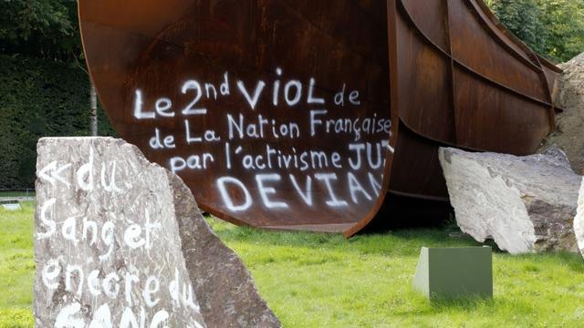 """Photo prise le 6 septembre 2015 à Versailles de l'oeuvre """"Dirty Corner"""" de l'artiste britannique Anish Kapoor, à nouveau vandalisée [FRANCOIS GUILLOT / AFP]"""