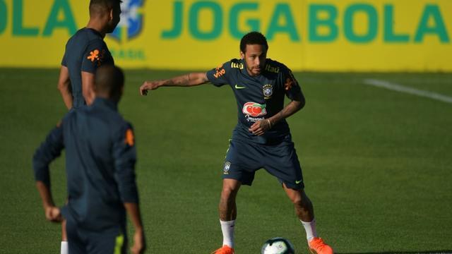 Neymar, la star de l'équipe du Brésil, s'entraîne avant de devoir s'arrêter en raison d'une douleur au genou gauche, le 28 mai 2019 à Teresopolis (Brésil) [Carl DE SOUZA / AFP]