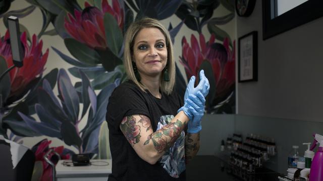 La tatoueuse Alexia Cassar sur son lieu de travail à   Marly-la-Ville (Val-d'Oise), le 21 novembre 2017 [Philippe LOPEZ / AFP]