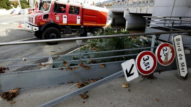 Des pompiers aident à nettoyer la gare ferroviaire d'Antibes, dans les Alpes-Maritimes, le 5 octobre 2015 [JEAN-CHRISTOPHE MAGNENET / AFP]