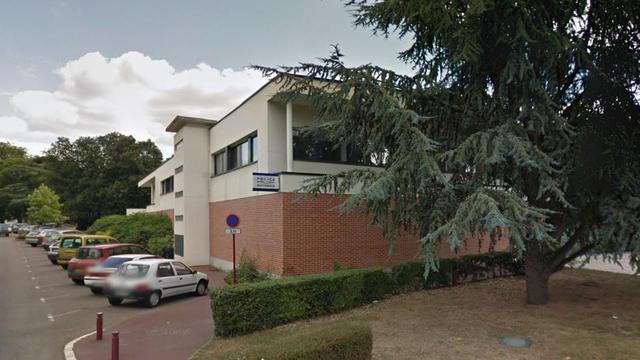 L'agent a été blessé devant le commissariat d'Elbeuf, en Seine-Maritime.