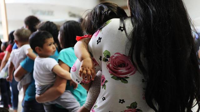 Des enfants et leurs parents originaires d'Amérique du Sud dans un centre d'accueil pour migrants du Texas, le 22 juin 2018.