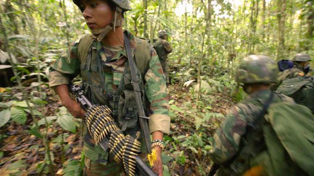 Des soldats équatoriens patrouillent dans la région amazonienne de Sucumbios, en février 2006.