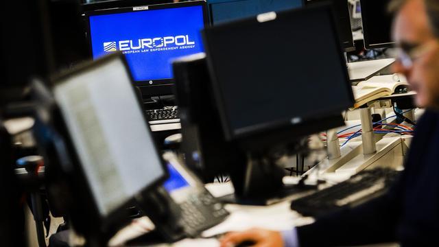 Recherché depuis par Europol, le suspect, aujourd'hui âgé de 43 ans, a séjourné plusieurs années à Hong Kong et pourrait encore y être.