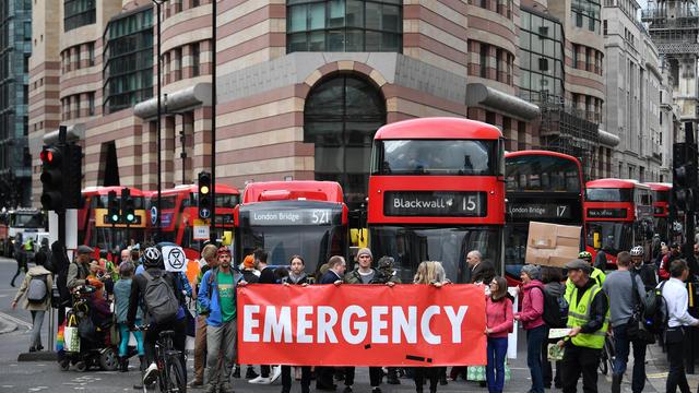 Des activistes écologistes bloquent la circulation dans le centre de Londres, lors des manifestations pour l'environnement organisées par le groupe Extinction Rebellion, le 25 avril 2019.