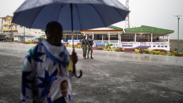 Une patrouille de la gendarmerie camerounaise sur la place principale de Buea, le 3 octobre 2018 [MARCO LONGARI / AFP]