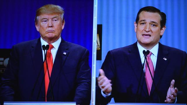 Candidats républicains à la présidentielle, Ted Cruz, sénateur du Texas(D) et le milliardaire Donald Trump, sur un écran géant lors d'un débat à Charleston, Caroline du Sud, le 14 janvier 2016 [TIMOTHY A. CLARY / AFP/Archives]