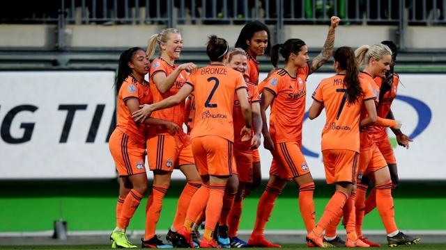 Les Lyonnaises se congratulent après le but de Dzsenifer Marozsan, à Wolfsbourg, le 27 mars 2019  [Ronny Hartmann / AFP]