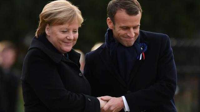La chancelière allemande Angela Merkel et le président français Emmanuel Macron, lors de la cérémonie commémorant le centenaire de l'armistice de la Première guerre mondiale, le 10 novembre 2018, à Rethondes en France. [Alain JOCARD / AFP]
