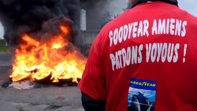 Un travailleur devant des pneus en feu pour bloquer l'usine Goodyear d'Amiens-Nord, le 3 juin 2013 [Denis Charlet / AFP/Archives]