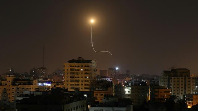 Un tir anti-missile est tiré depuis un centre de défense aérienne en Israël pour contrer les tirs de roquettes lancés depuis le territoire palestinien de Gaza  [MAHMUD HAMS / AFP]