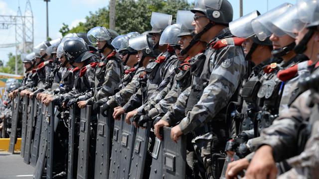 Des policiers anti-émeutes bloquent l'accès du stade Fortaleza au Brésil, le 19 juin 2013 [Vanderlei Almeida / AFP]