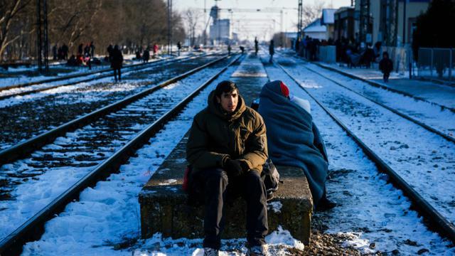 Attente de réfugiés et migrants à la gare de Presevo (sud de la Serbie), le 20 janvier 2016 [DIMITAR DILKOFF / AFP]