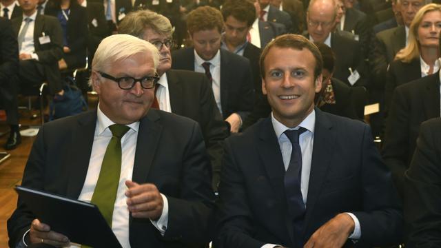 Le ministre allemand des Affaires étrangères Frank-Walter Steinmeier et le ministre français de l'Economie Emmanuel Macron le 25 septembre 2015 à Berlin  [TOBIAS SCHWARZ / AFP]
