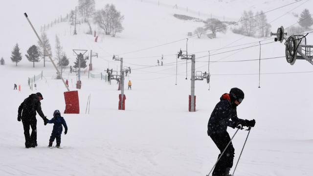 Des skieurs dans la station des Deux Alpes, en Isère, le 14 janvier 2016 [PHILIPPE DESMAZES / AFP]