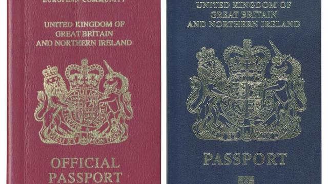 "Des passeports brtianniques avec et sans la mention ""European Community"", à Londres le 22 décembre 2017 [Handout / UK PASSPORT OFFICE/AFP/Archives]"