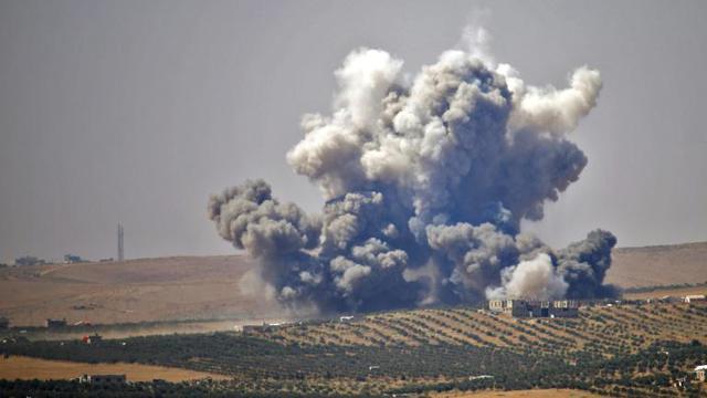 De la fumée s'élève au-dessus des zones contrôlées par les rebelles dans la ville de Deraa, lors de frappes aériennes menées par les forces du régime syrien, le 5 juillet 2018 [Mohamad ABAZEED / AFP]
