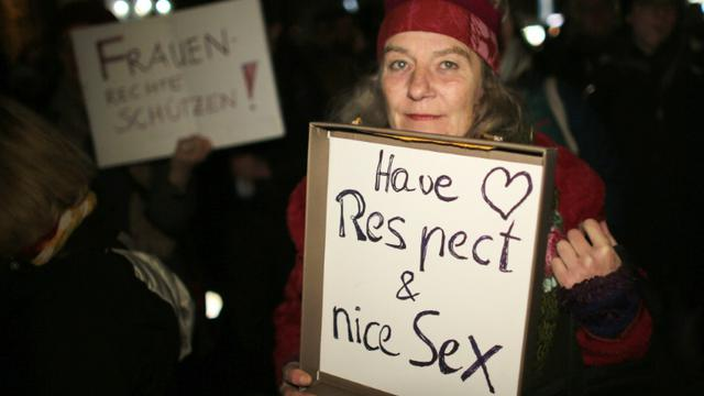 """Une femme tient une pancarte """"Ayez du respect et du bon sexe"""" pendant une manifestation à Cologne le 5 janvier 2016 [Oliver Berg / dpa/AFP]"""