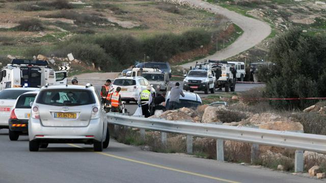 Des soldats et policiers israéliens sur les lieux d'une attaque, le 13 novembre 2015 près de Hébron, en Cisjordanie [HAZEM BADER / AFP]