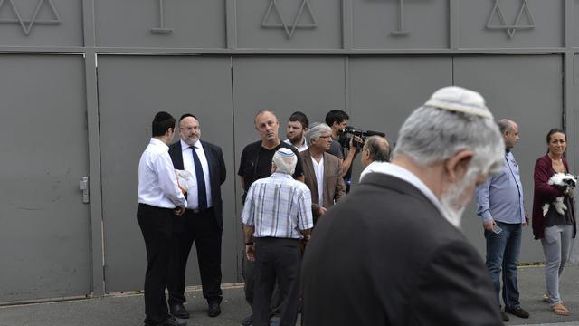 Des hommes devant la synagogue de Sarcelles le 21 juillet 2014 [Miguel Medina / AFP]