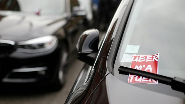 Des chauffeurs de VTC manifestent contre la baisse des prix imposée par Uber, à Paris le 13 octobre 2015 [THOMAS SAMSON / AFP/Archives]