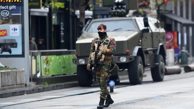 Un soldat belge dans les rues de Bruxelles, le 24 novembre 2015  [EMMANUEL DUNAND / AFP]