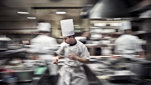 Des cuisiniers au travail dans un grand restaurant [Jeff Pachoud / AFP/Archives]