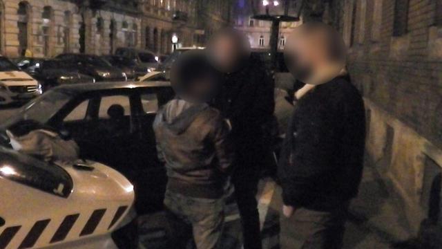 Photo diffusée par la police hongroise montrant l'arrestation du hacker portugais Rui Pinto, le 16 janvier 2019 à Budapest [Handout / Police hongroise/AFP]