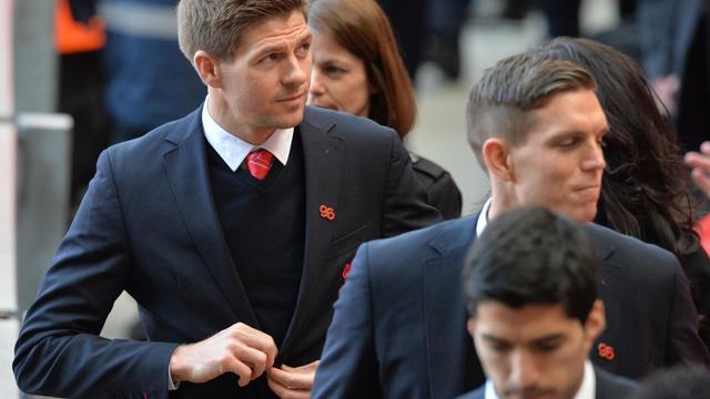 Le capitaine du Liverpool FC, Steven Gerrard (à gauche), quitte Anfield Road à Liverpool après la cérémonie du souvenir pour le 25e anniversaire de la tragédie de Hillsborough le 15 avril 2014 [Paul Ellis / AFP]