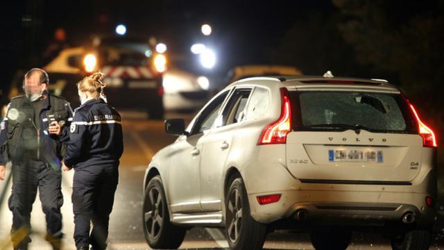 La police scientifique près du véhicule criblé de balles dans lequel l'avocat Jean-Michel Mariaggi a été tué sur une route proche de Carbuccia en Corse le 29 octobre 2015 [PASCAL POCHARD CASABIANCA / AFP]